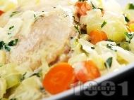 Задушени пилешки бутчета със зеленчуци и сметана и гарнитура от варен бланширан ориз